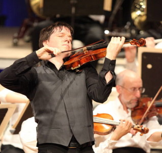 Joshua Bell performed Tchaikovsky's Violin Concerto with the BSO and conductor Rafael Fruhbeck de Burgos on Opening Night at Tanglewood; Hilary Scott photo.