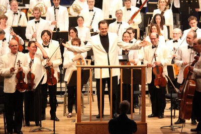 Andris Nelsons acknowledges the crowd before his all-Dvorak program, 7.11.14 (Hilary Scott)