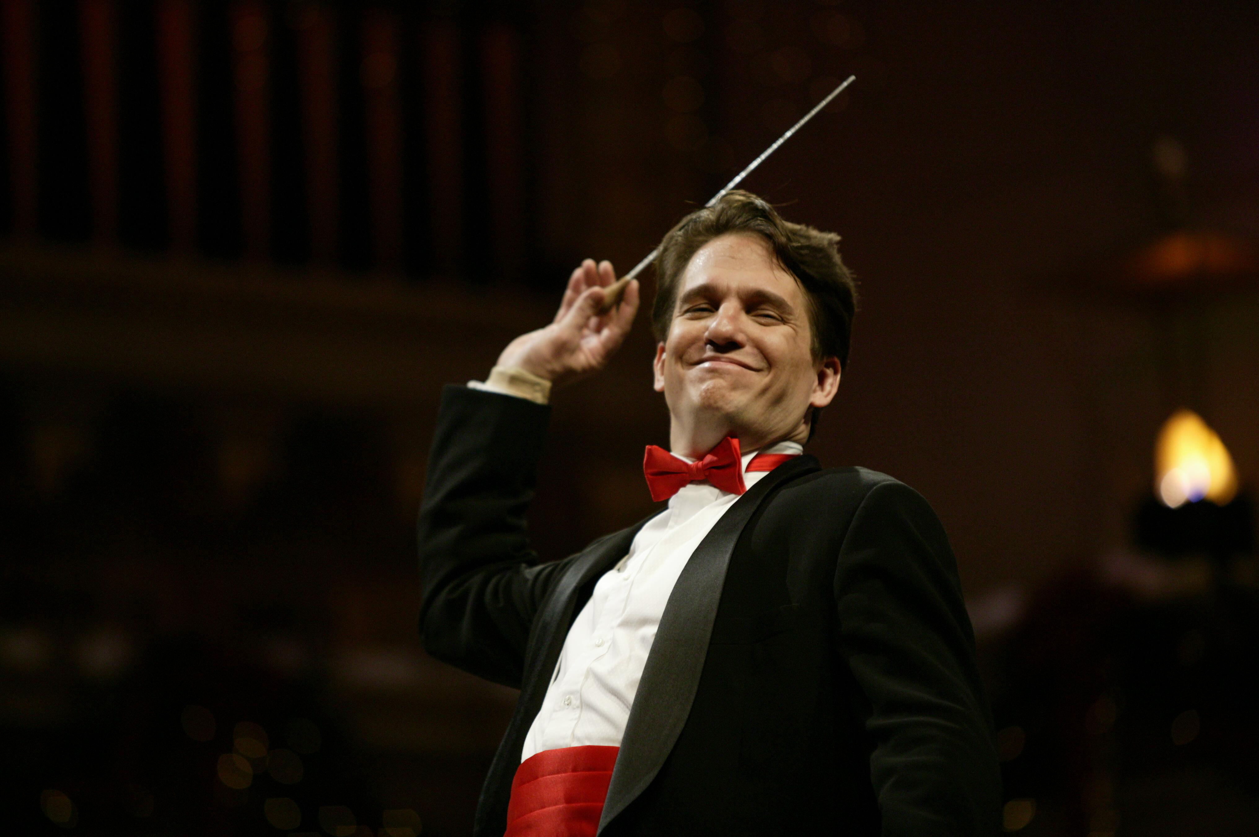 https://www.berkshirelinks.com/berkshires-news/wp-content/uploads/2009/12/Keith-Lockhart-conducts-the-Boston-Pops-12.03-Michael-Lutch1.jpg